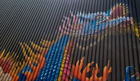 Graffiti de dragon sur la couleur de conteneur images libres de droits