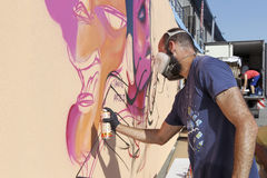 Graffiti de peintres pendant la rue Art Festival Thess Photographie stock