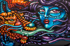 Graffiti de rue de Londres du visage et du dragon de la femme photographie stock