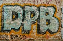 Graffiti de vandale sur le vieux mur de briques à Kiev, Ukraine photographie stock libre de droits