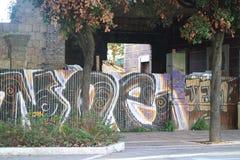 Graffiti de ville sur le mur images stock