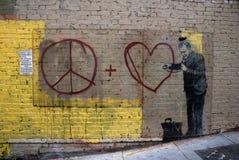 Graffiti del cuore e di pace fotografie stock