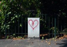 Graffiti del cuore sulla scatola elettrica nella via fotografia stock