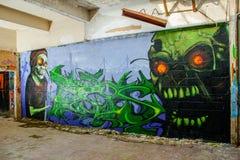 Graffiti del mostro del cranio in una costruzione abbandonata della fabbrica Immagini Stock Libere da Diritti