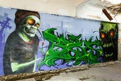 Graffiti del mostro del cranio in una costruzione abbandonata della fabbrica Fotografia Stock Libera da Diritti