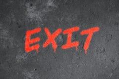 Graffiti del testo dell'uscita sulla parete di lerciume fotografie stock