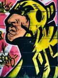 Graffiti della via sul ritratto pubblico della parete di uno sciamano nello stile di Pop art di colpo secco Novi Serbia triste 08 Fotografia Stock