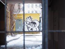 Graffiti derrière des barres photo stock