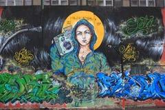 Graffiti des attraktiven Mädchens mit Ghettoblaster auf ihr Stockfotos
