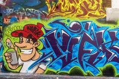 Graffiti des Farbsprays und des jungen Mannes Lizenzfreies Stockbild