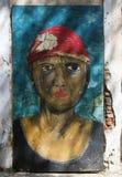 Graffiti des weiblichen braunen Gesichtes mit rotem Bandana Stockbild