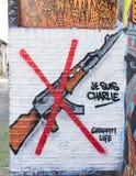 Graffiti die AAK47-geweer met een rood kruis op het vertegenwoordigen Royalty-vrije Stock Afbeeldingen