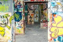 Graffiti dipinti in una costruzione abbandonata della fabbrica Fotografie Stock Libere da Diritti