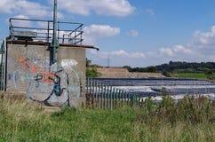 Graffiti door Waterkering Stock Foto's