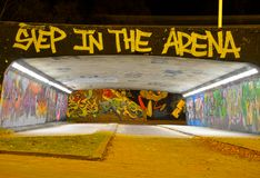Graffiti dzielą dzwonią klatka Obrazy Stock