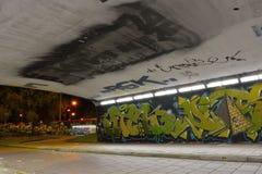 Graffiti dzielą dzwonią klatka Zdjęcia Royalty Free