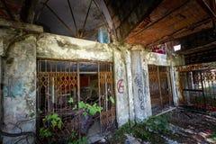 Graffiti en meningen van de verlaten stad van Consonno Lecco, Ita stock afbeelding