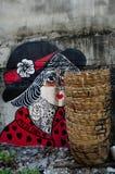 Graffiti et poubelle en bois photo stock