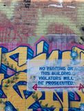 Graffiti et un aucun signe de peinture images stock