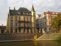 Graffiti gegen alte Stadt Stockbilder