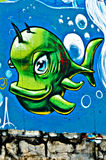 Graffiti gemalt auf der breackwater Wand an Kanal O Stockfotografie