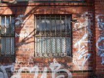 Graffiti griffonné sur un mur de briques extérieur Photos libres de droits