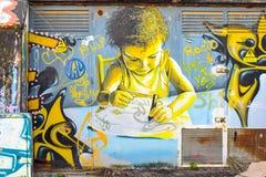 Graffiti het schilderen van jong geitje het bestuderen Stock Afbeeldingen