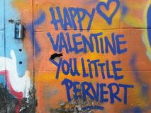 Graffiti heureux de valentine Art ou préjudice expressif ? photographie stock
