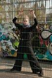 Graffiti hinter einem Gatter Lizenzfreie Stockfotos