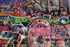 Graffiti i etykietka wypełniająca ściana Obraz Royalty Free