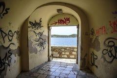 Graffiti i graffiti na ścianach przejście z dostępem morze Obraz Stock
