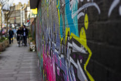 Graffiti im Ziegelstein-Wegstraßenbild Stockfotografie