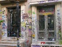 Graffiti kritzelten über zwei Türen in Athen, Griechenland stockbilder