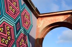 Graffiti-Kunstwandgemälde der Straße 3D mit einem Teil des Bogens in der alten Mitte von Odessa, Ukraine Stockbild
