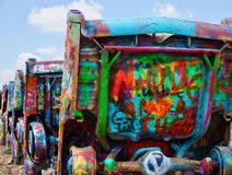 Graffiti malten Autos an Cadilac-Ranch, Texas stockfoto