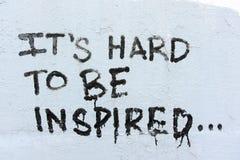 Graffiti manuscrit noir sur un mur blanc Photographie stock libre de droits
