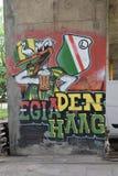 Graffiti met antropomorfe vogel met mok bier, gewijd aan de ventilators van de de voetbalclub van Legia Warshau stock foto