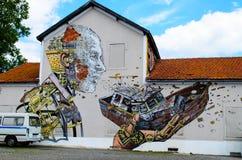 Graffiti met een mens dat een boot wegblaast Royalty-vrije Stock Foto's