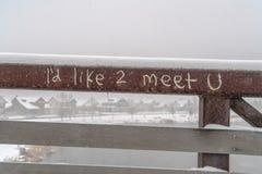 Graffiti in metaaltraliewerk wordt gekrast van een brug die stock afbeeldingen