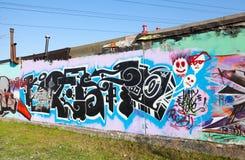Graffiti mit chaotischen Mustern und schwarzem Text Stockfotos