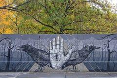 Graffiti mit den Krähen im Freien in Wien, Österreich Lizenzfreies Stockbild