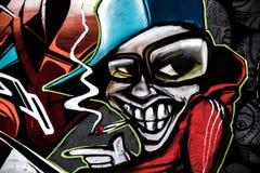 Graffiti mit einem geziert gelächelte Jungen Stockfotos