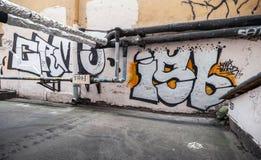 Graffiti mit Text auf alten Wänden im Freien Lizenzfreie Stockbilder