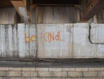 Graffiti na ścianie pod mostu mówić Byli Mili fotografia stock