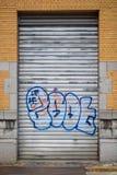 Graffiti na metalu zamykają drzwi w Antwerp centrum miasta, Belgia Fotografia Stock