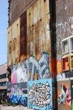 Graffiti nella vecchia area NDSM Werf del porto fotografia stock libera da diritti