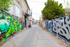 Graffiti onderaan een bondgenoot in Toronto royalty-vrije stock foto's