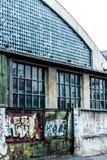 Graffiti op de industriële bouw poort Stock Afbeelding