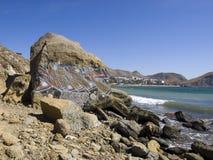 Graffiti op een achtergrond van bergen en het overzees Stock Afbeeldingen