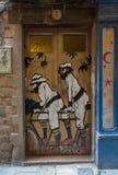 Graffiti op een deur op de straat van Barcelona, Spanje stock foto